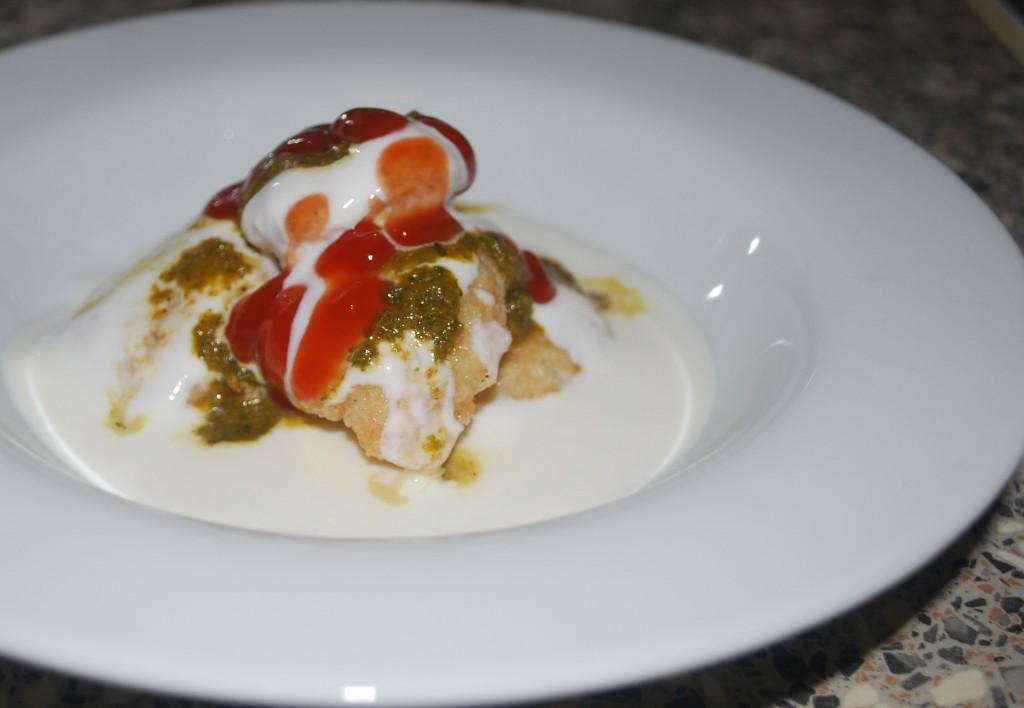 Dahi bhalle: linseboller servert med yoghurt og chutney