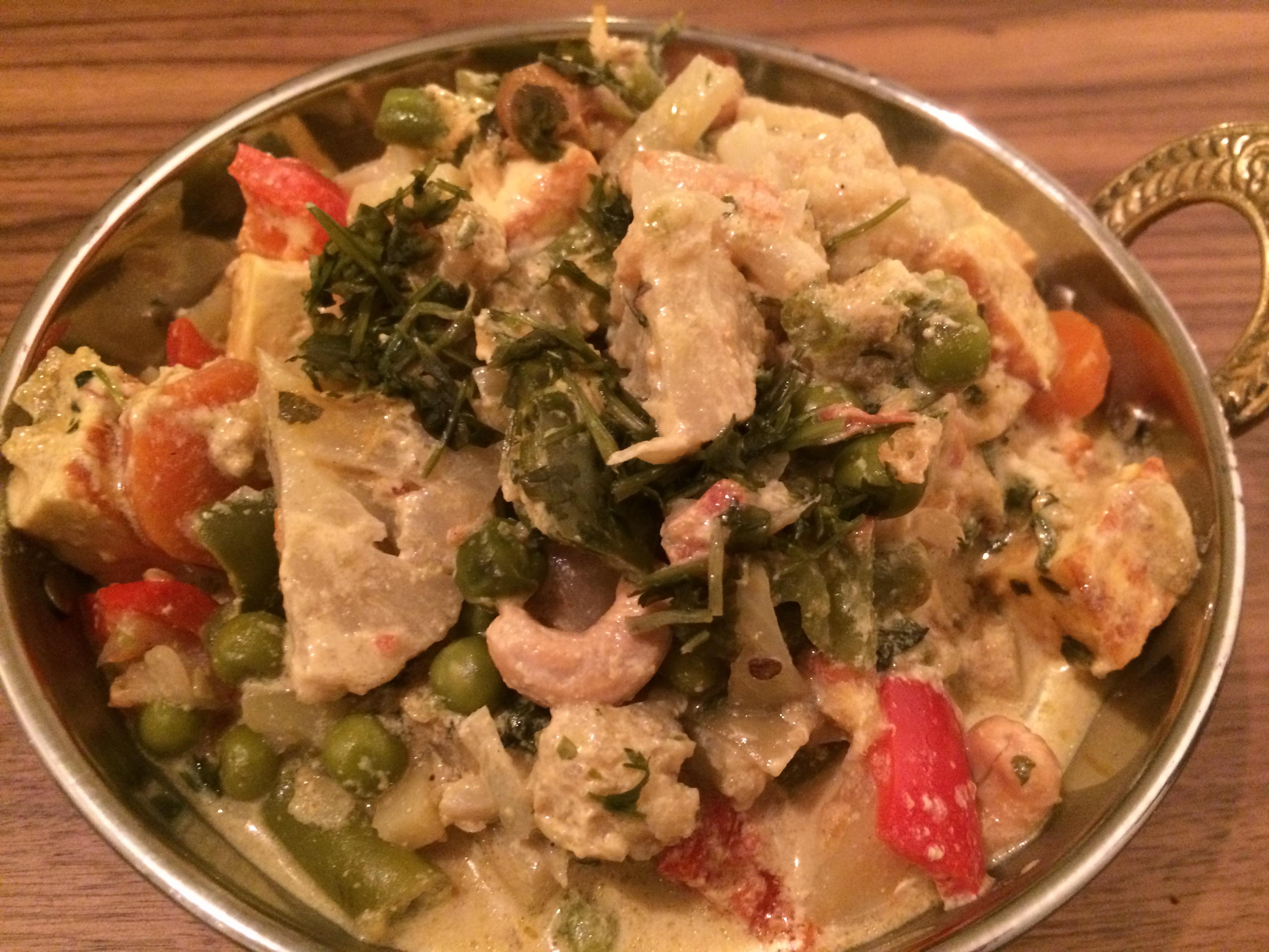 Navratan korma er en av mine favoritretter blant indisk mat. Denne retten inneholder både paneer, kremet karrisaus og masse grønnsaker.